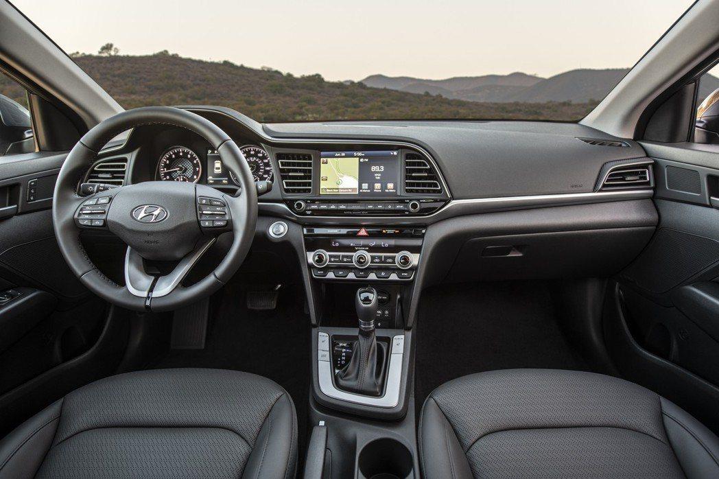 小改款Hyundai Elantra內裝佈局仍與小改款前相同。 摘自Hyunda...