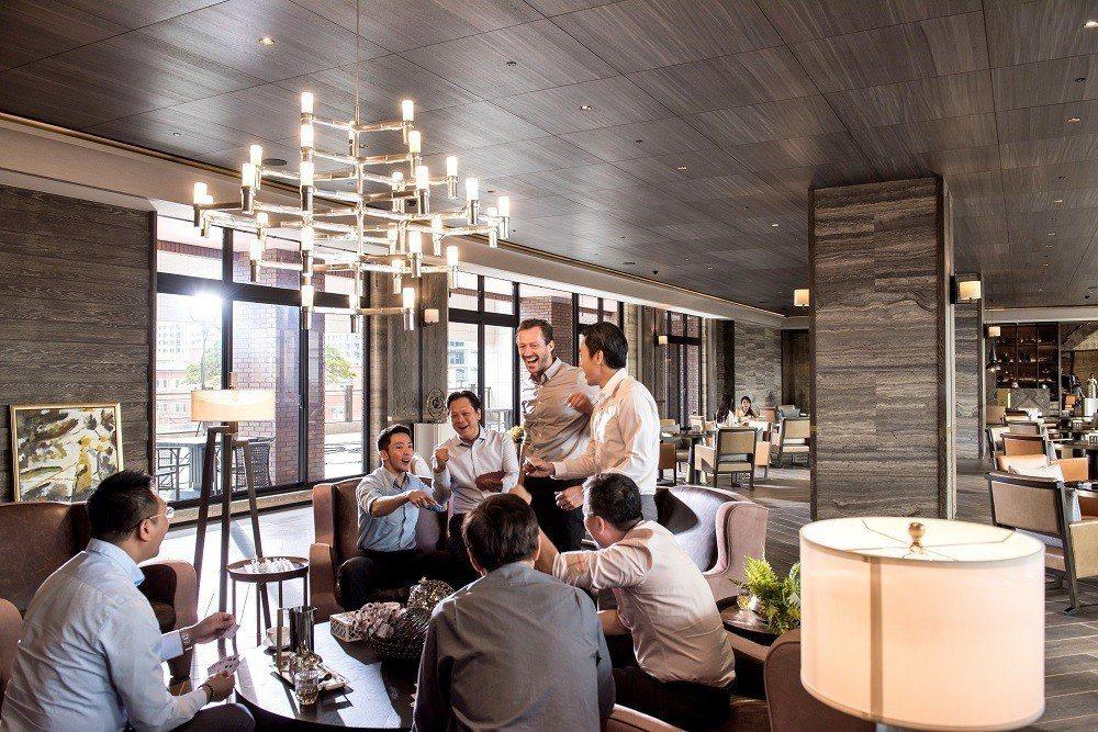 鄰居之間在咖啡廳交流感情,是中悦建築的傳統。 圖/中悅建設 提供