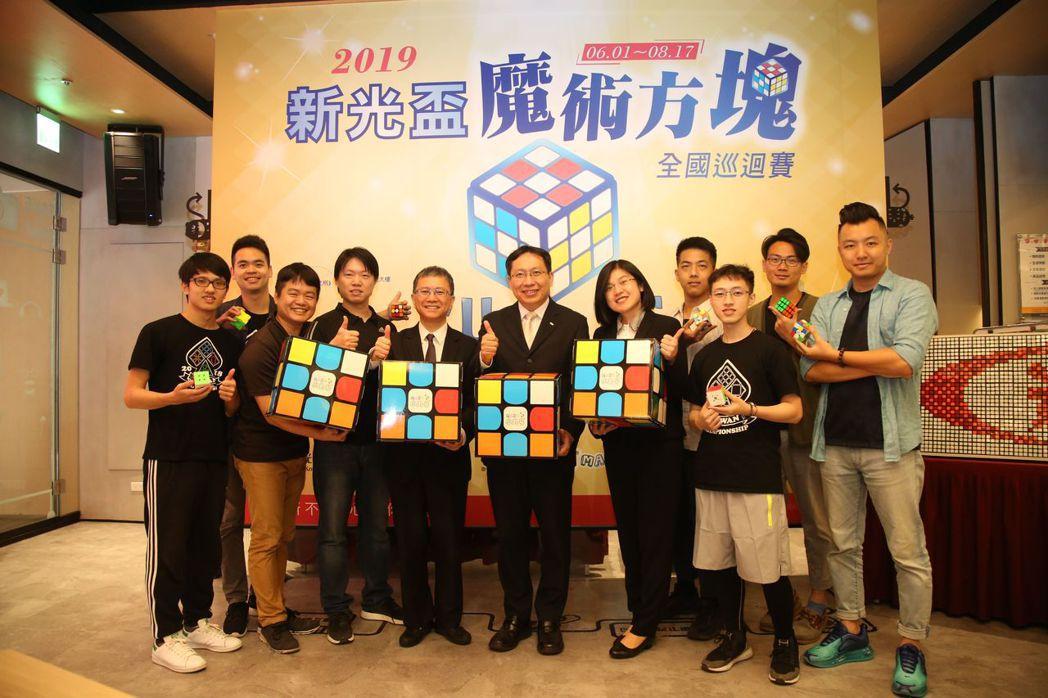 小丸號方塊創辦人吳政翰(前排左二起)、台灣師範大學數學系副教授郭君逸、新光銀行副...