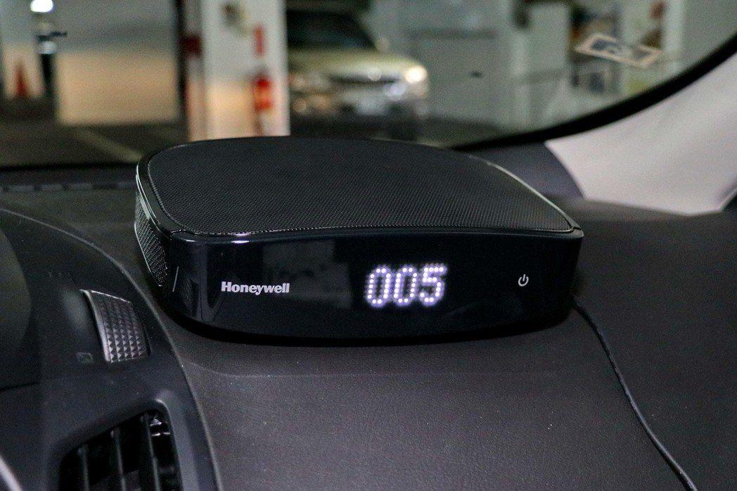 Honeywell PM2.5顯示車用空氣清淨機的數值顯示,讓好空氣可以看得見。...