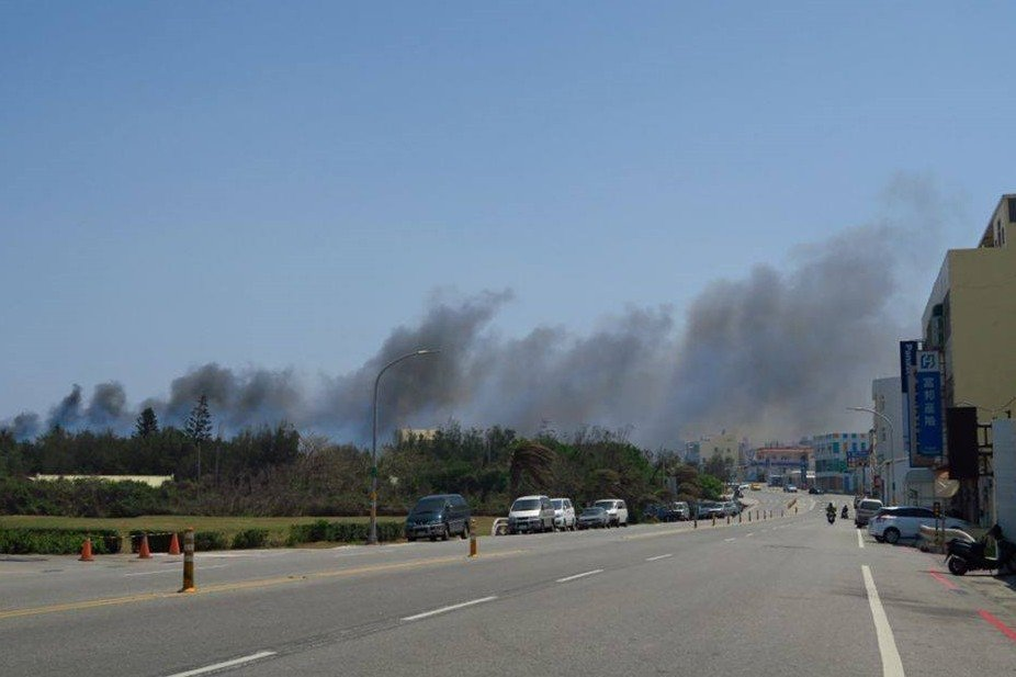 黑煙與疑似廢棄物燃燒的刺鼻氣味籠罩整個馬公本島,攝於2017年。 圖/作者提供