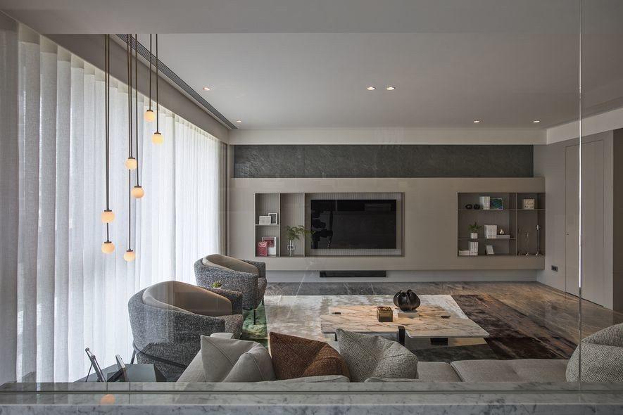 (圖)垂吊燈具以不對稱設計挪移場域重心,倚重沙發軟件區塊凸顯出客廳溫暖休憩的核心...