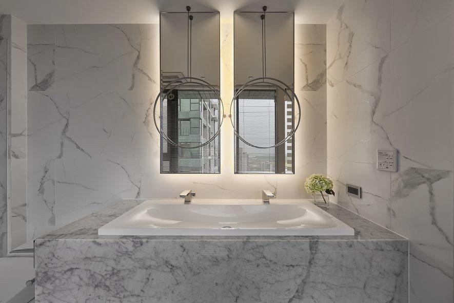 (圖)浴室皆選用潔白磁磚及進口雕刻白大理石,襯托兩面瑩瑩亮起的鏡體,既增添視覺層...