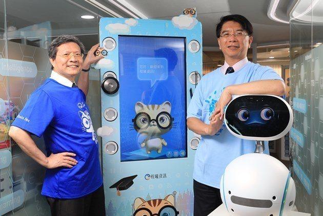 程曦資訊董事長黃士軍(右)、總經理張榮貴(左)說,關鍵的數位轉型能力包括組織數位...