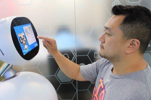 程曦的智慧服務機器人客服系統Q比,金融業、電商、政府機構都是客戶。