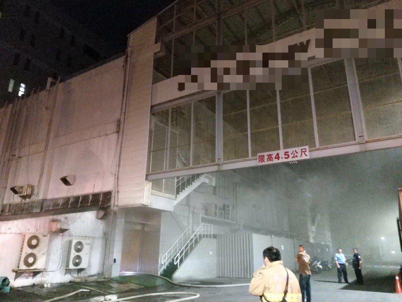 高雄市前鎮區西十七街某科技公司今晚11時16分傳冒出大量黑煙,警消獲報後出動16...