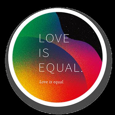 王道銀行發行的挺同卡彩虹認同卡,卡面上有love is equal(愛是平等的)...