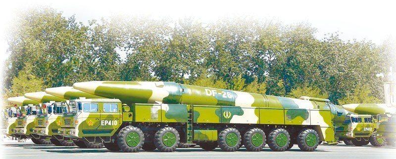 圖為可以攜帶核彈頭和傳統彈頭的東風-26飛彈。新華社資料照