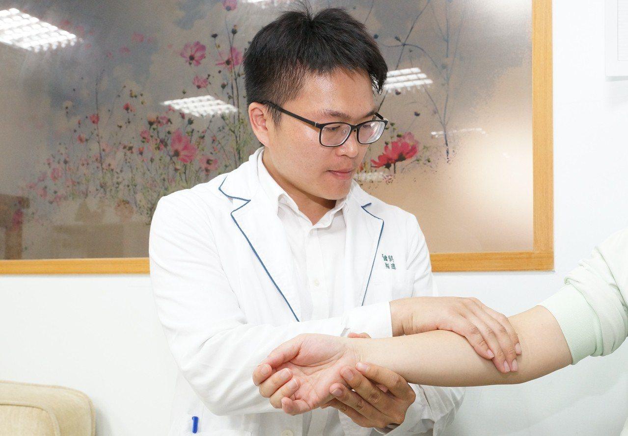 鄭翔瑋表示,經由簡單的淋巴引流方式就能降低肢體水分,立即改善水腫,緩解不適,也適...