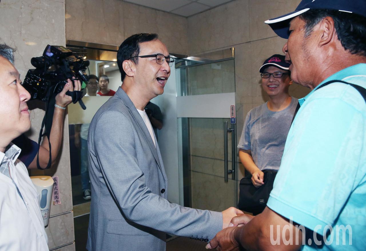 新北市前市長朱立倫(左)上午接受中廣論壇專訪,遇到來自高雄的龍膽石斑養殖漁民,向...