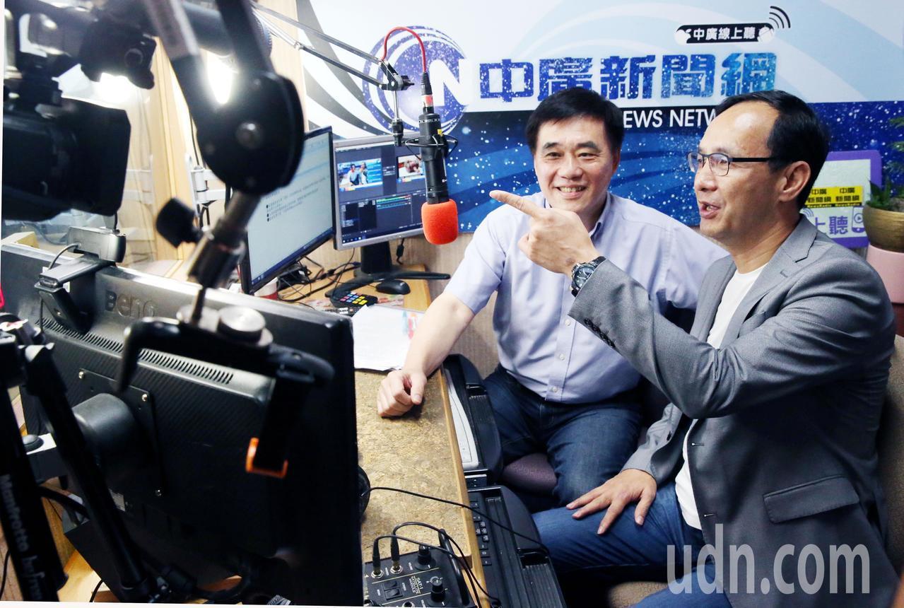 新北市前市長朱立倫(右)上午接受中廣論壇代班主持郝龍斌(左)專訪,就目前總統選舉...