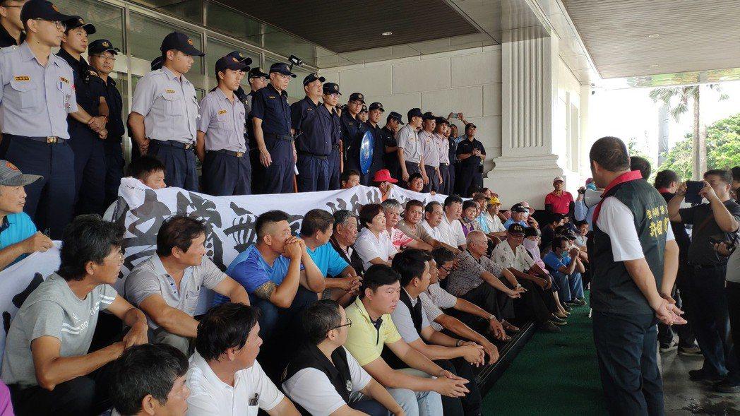 居民理性靜坐抗議。記者李京昇/攝影
