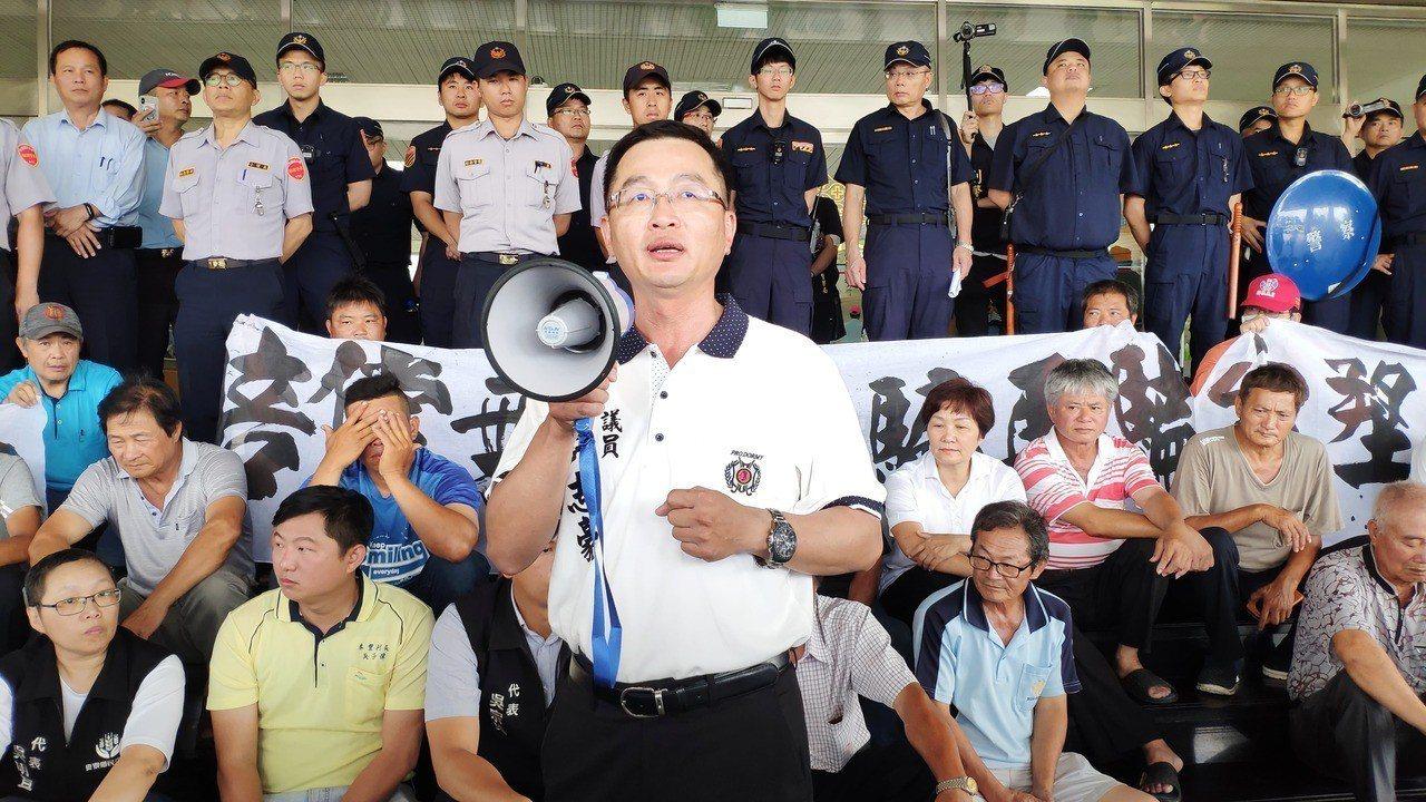 縣議員許志豪(中)提出四項訴求。記者李京昇/攝影