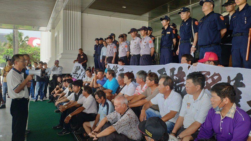 50多位居民到場靜坐抗議。記者李京昇/攝影