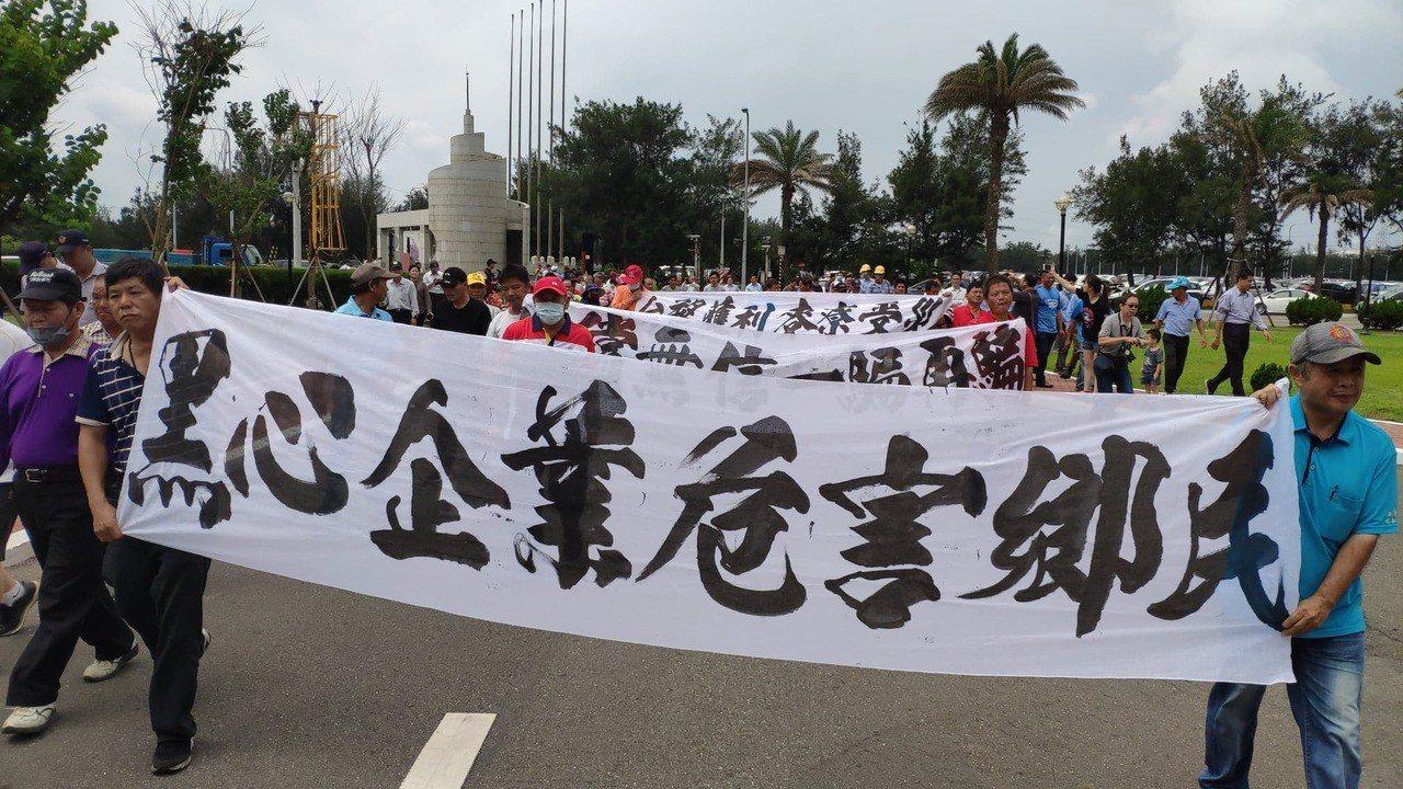 居民拉起白布條到麥寮管理部靜坐理性抗議。記者李京昇/攝影