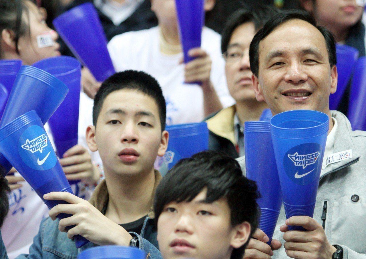 新北市長朱立倫的兒子朱宣宇(左一)近來加入輔選團隊;圖為4年多前父子一起看HBL...