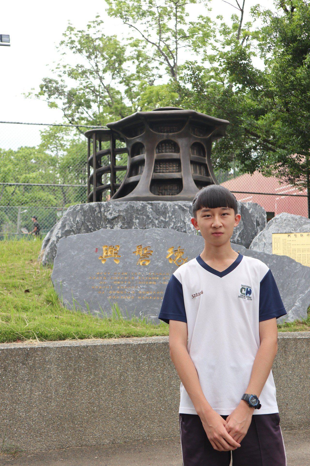 中興高中學生李文峻由祖父母撫養長大,他錄取台大會計學系,希望以後能回饋社會,感謝...