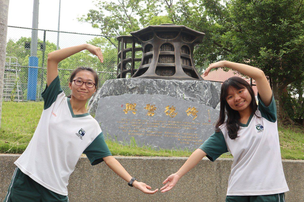 中興高中學生石貴芬、馮慧娟是學習上的好伙伴,兩人還獲得宏碁物聯網比賽高中組優等獎...