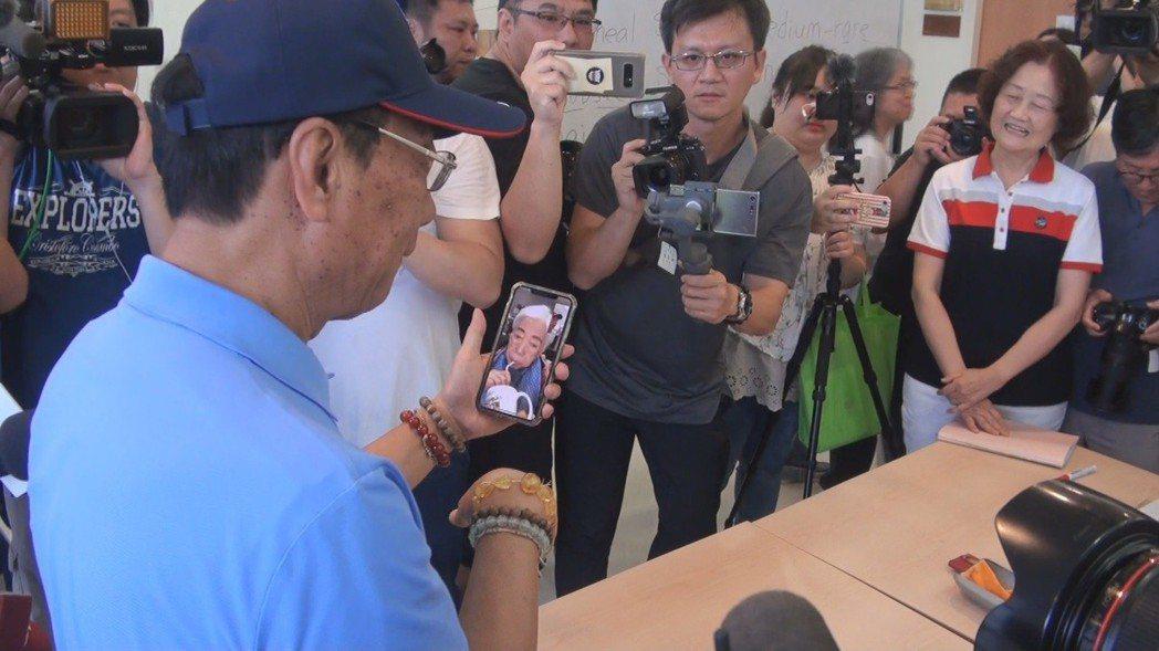 郭台銘參訪台東基督教醫院老人學英文課時,拿起自己的智慧型手機,當場和在台北的母親...