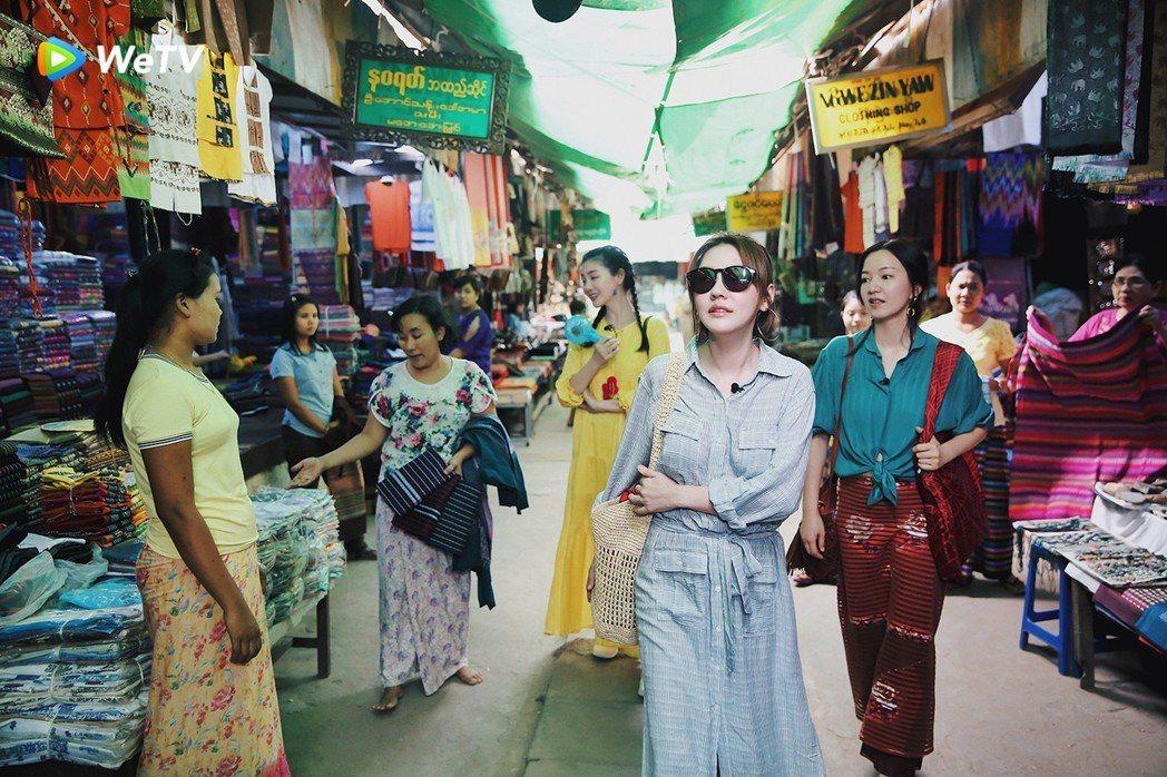 小S(前)與阿雅(中)大S(後)在「我們是真正的朋友」逛緬甸市集。圖/WeTV提...