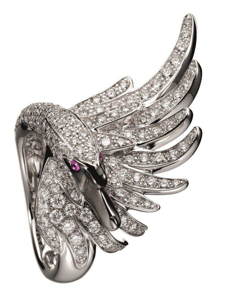 昆凌配戴寶詩龍Animaux動物系列天鵝指環,白金鑲嵌鑽石與紅寶石,117萬元。...
