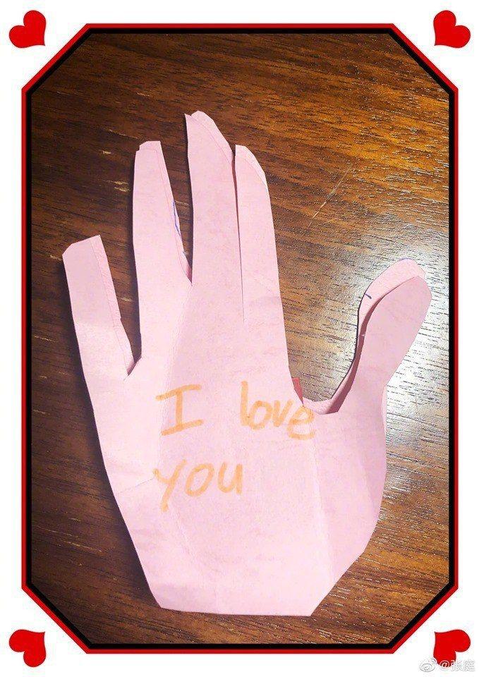 張庭兒子母親節送他畫的一隻手  圖/摘自臉書