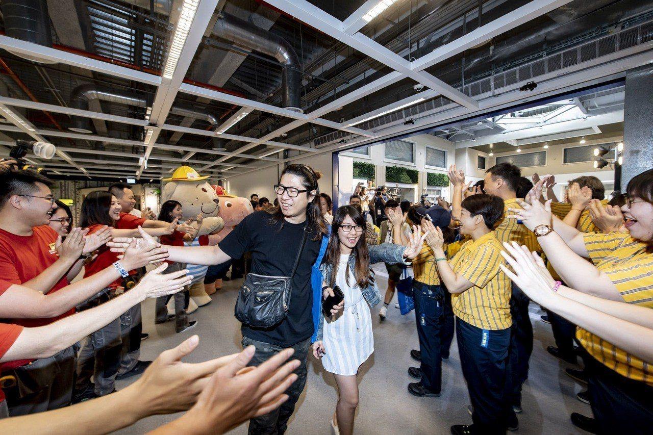 IKEA新店店開幕,店內人員熱情歡迎消費者入場。圖/IKEA提供