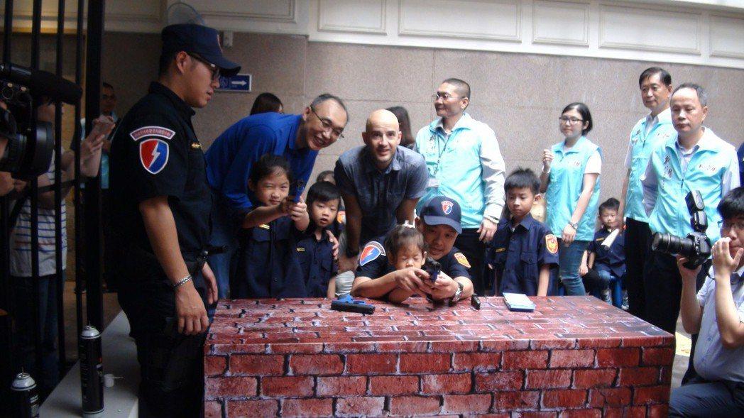 藝人吳鳳今天帶著穿新式警察制服的3歲大女兒,與新北市副市長謝政達一起出席新北市警...