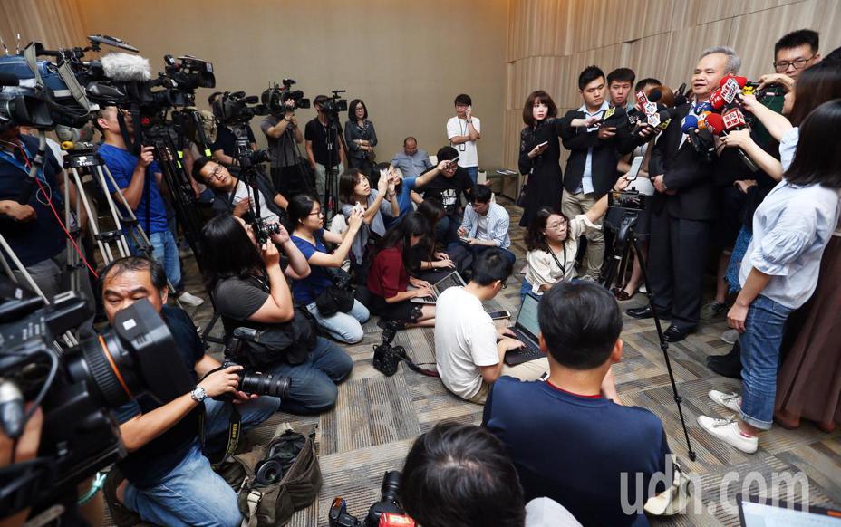 中華郵政總經理陳憲着被交通部長林佳龍評為不適任並要求下台,陳憲着下午應媒體要求舉行臨時記者會說明。記者杜建重/攝影。