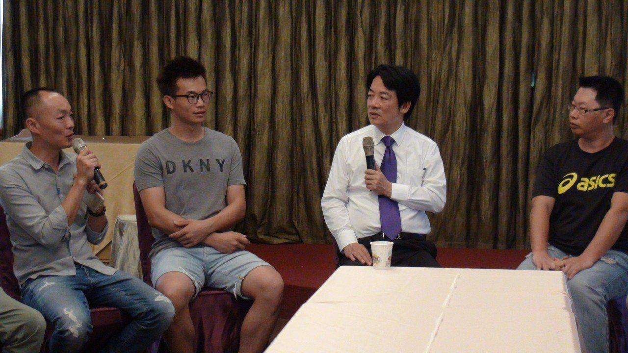 行政院前院長賴清德(右二)上午到苗栗三義西湖渡假村與青年農民座談。記者胡蓬生/攝...