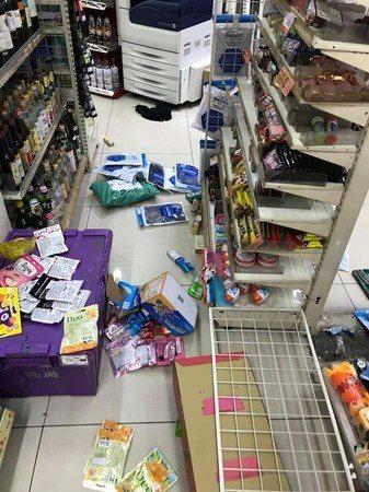 嫌犯與警方拉扯過程中還撞倒貨架,將店內弄得貨物凌亂散落滿地。翻攝自地方臉書社團