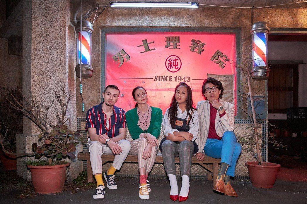 宋楚琳(右2)、馬念先(右1)和舞蹈家。圖/寰亞唱片提供
