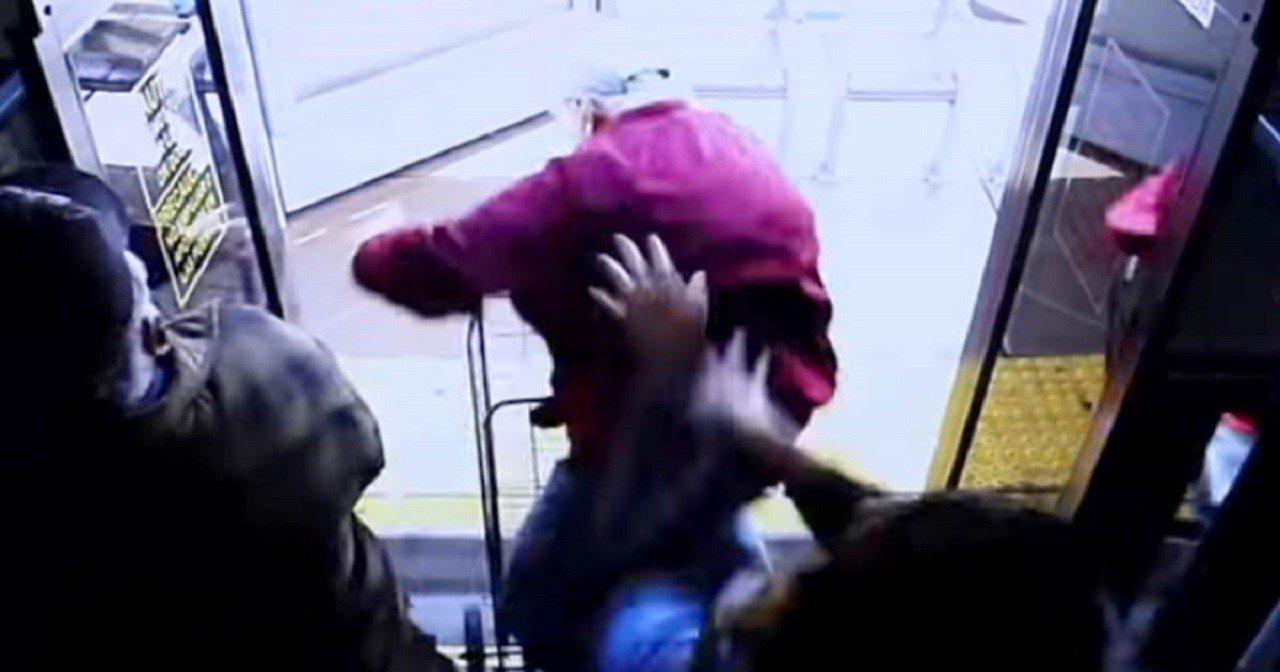 美國內華達州拉斯維加斯警局15日釋出一段監視器影像,畫面顯示一名老人遭女子用力推...