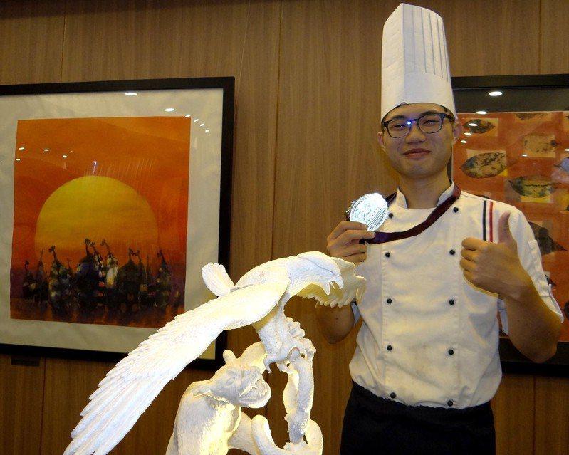 正修科大餐飲系學生廖昱霖參加「2019香港國際美食大獎」獲得「藝術類蔬果雕刻組」銀牌。記者徐白櫻/攝影