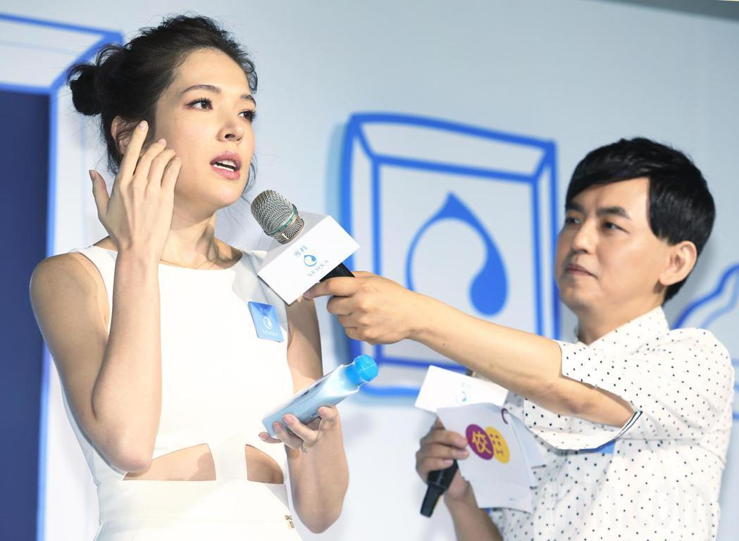藝人許瑋甯(左)下午出席保養品牌記者會,示範個人保養重點。記者陳正興/攝影
