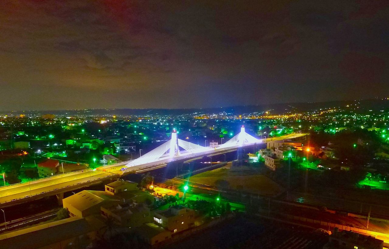 高鐵彰化站聯外道路第一標工程晚間通車,受矚目的高鐵星光大橋。圖/彰化縣政府提供