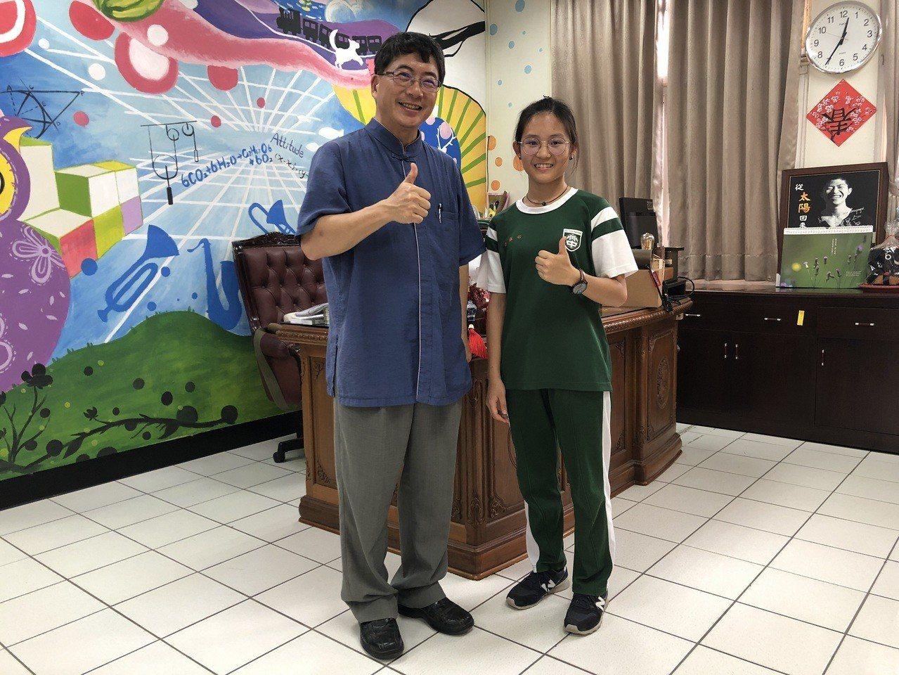 魏詠安(右)錄取成大牙醫系,仍決定讀成大工業設計系,左是校長郭春松。記者謝恩得/...