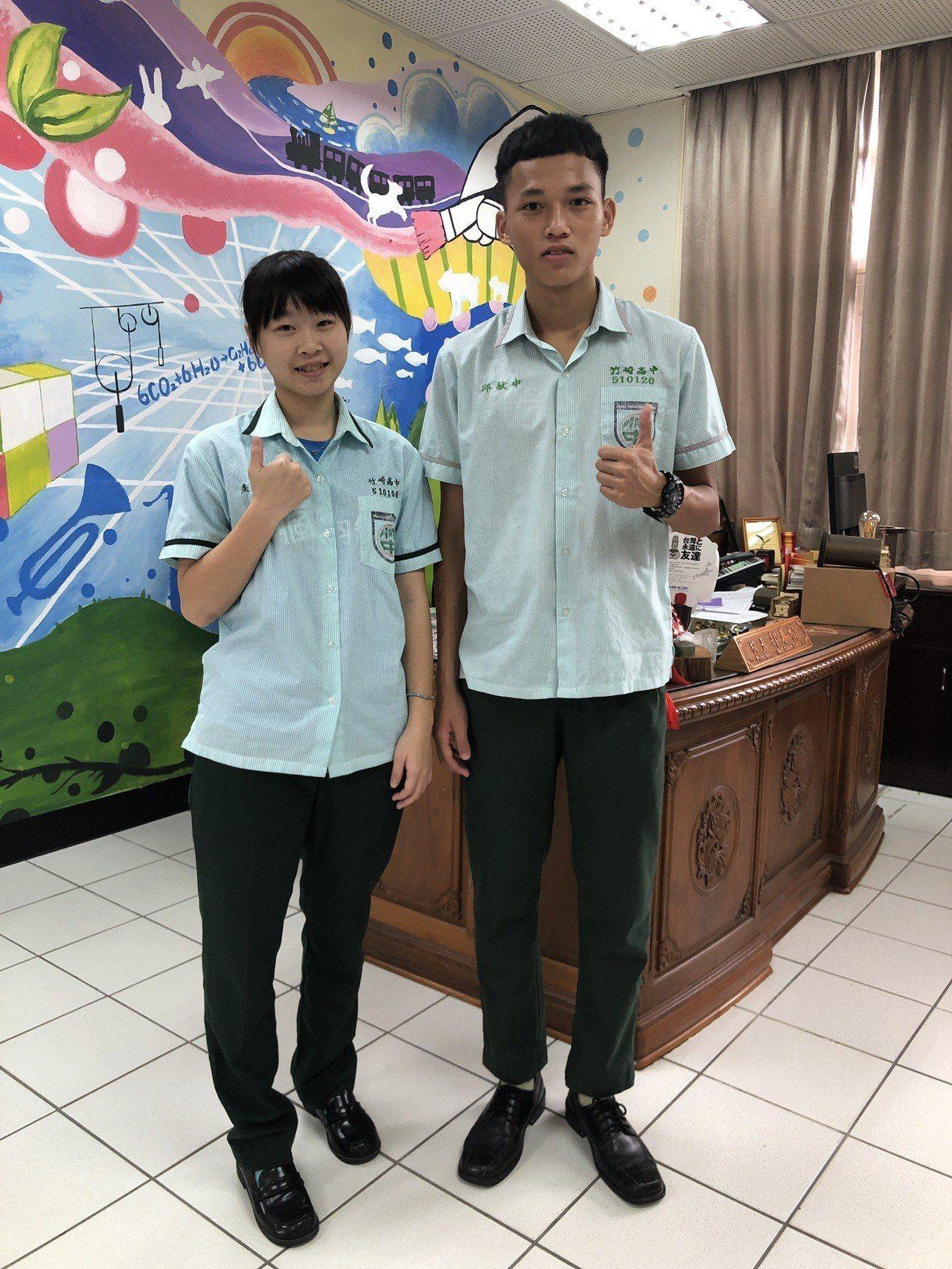 邱献中(右)錄取陸軍官校飛行生,朱芸瑩(左)錄取空軍官校飛行生。記者謝恩得/翻攝