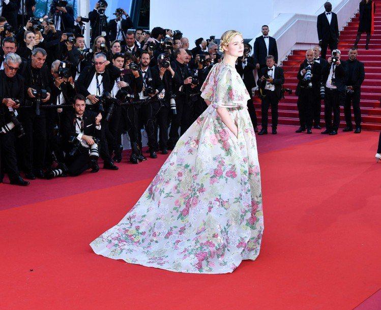 在法國導演Ladj Ly執導的《新悲慘世界》坎城首映會紅毯上,艾兒芬妮換穿Val...