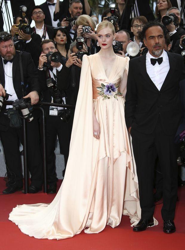 艾兒芬妮選穿Gucci的緞面禮服現身,無論是肩線或是長披風的設計都霸氣滿溢,腰間...