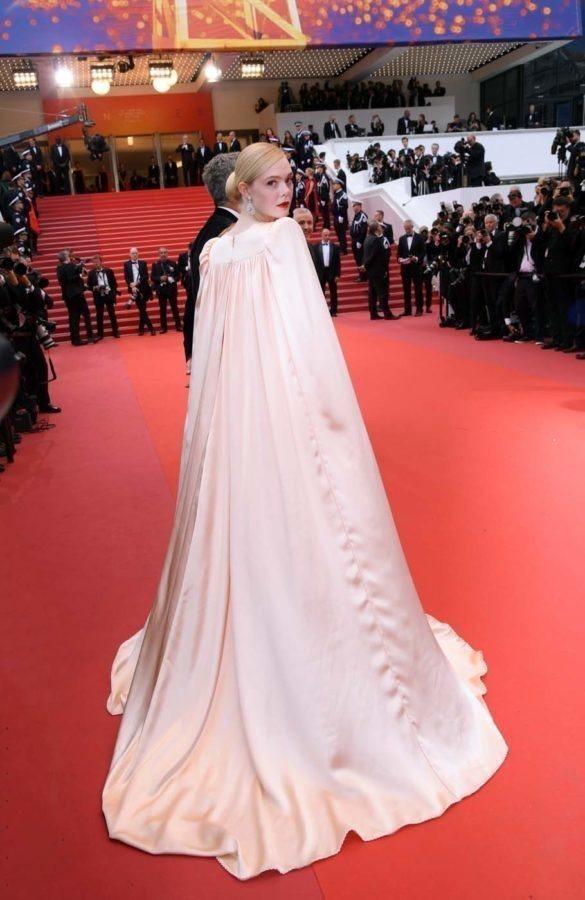 艾兒芬妮選穿Gucci的緞面禮服現身,無論是肩線或是長披風的設計都霸氣滿溢。圖/...