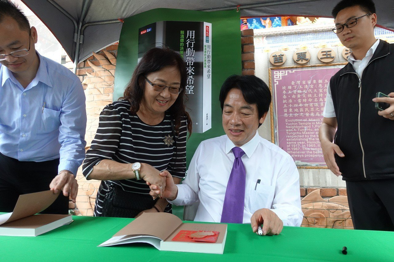 行政院前院長賴清德今下午到苗栗市玉清宮參拜,並舉行新書簽名會。記者劉星君/攝影