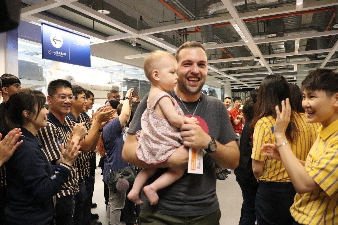 IKEA新店店開幕,店員排排站熱烈歡呼迎接一早排隊入場搶購的民眾。記者胡瑞玲/攝...