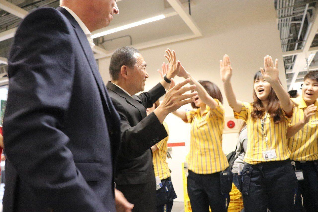 IKEA新店店開幕,店員排排站熱烈歡呼迎接新北市長侯友宜、IKEA總經理艾卓思(...
