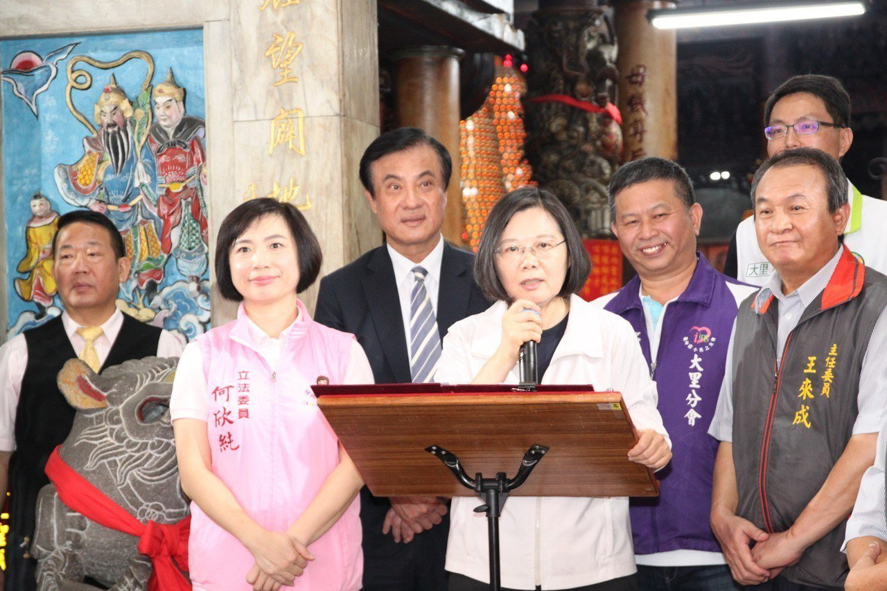 總統蔡英文(右二)說,她對中國大陸的態度是一個負責任的執政者應該有的態度,但這絕...