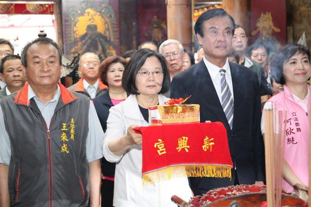 總統蔡英文(左二)說,她對中國大陸的態度是一個負責任的執政者應該有的態度,但這絕...