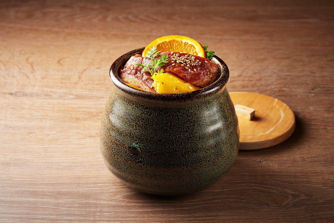 柏克金燒肉屋水果漬肋條利用鳳梨、香吉士酵素軟化肉質。圖/柏克金餐酒集團提供