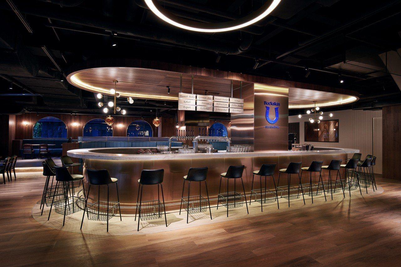 柏克金啤酒餐廳最引人注目的就是餐廳中間有雙U型吧檯。圖/柏克金餐酒集團提供