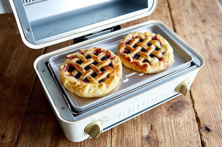 BRUNO上掀式水蒸氣循環燒烤箱內附燒烤托盤,烤箱、燒烤功能二合一。圖/群光電子...