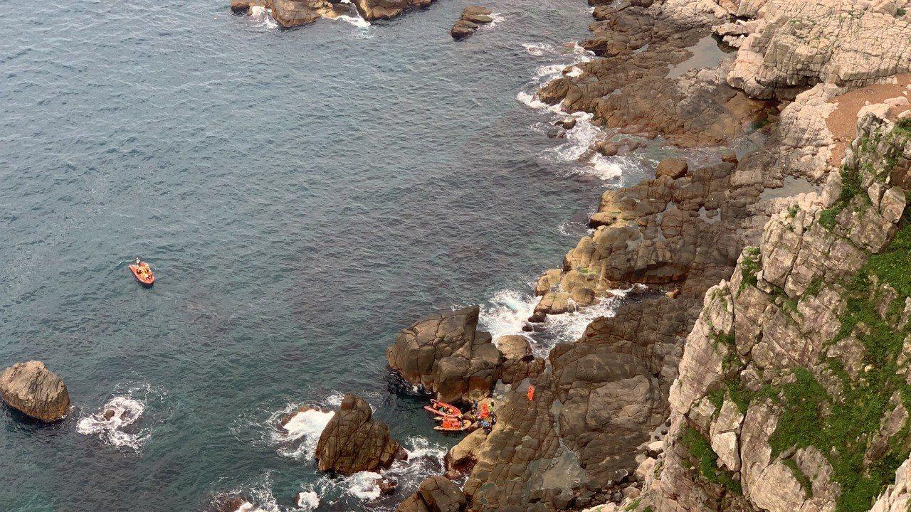 兩名男子在龍洞攀岩場墜落,消防局和岸巡單位海陸合作救援,將傷者送醫。記者邱瑞杰/...